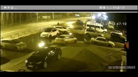 В Сети появилось видео поджога машины на парковке в Воронеже