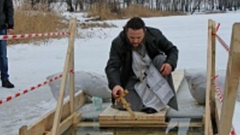 В Терновском районе крещенские купания начали задолго до полуночи