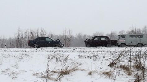 Mitsubishi врезался в «ВАЗ» в Воронежской области: 1 погибшая и 3 раненых