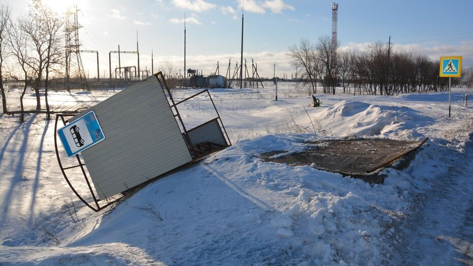 В Поворинском районе ураганный ветер перевернул автобусную остановку