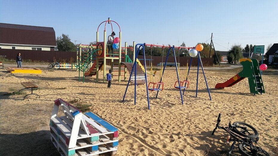 В Новой Усмани общественники сделали детскую площадку на улице Школьной