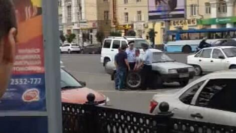 Полицейский и водитель попали в больницу после драки на дороге в центре Воронежа