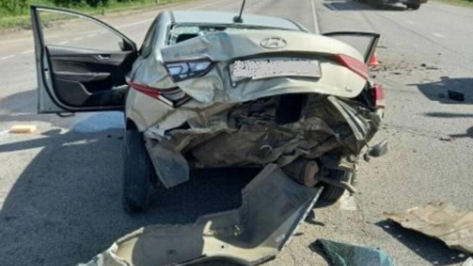 В Воронежской области Hyundai Solaris попал в ловушку между КамАЗами