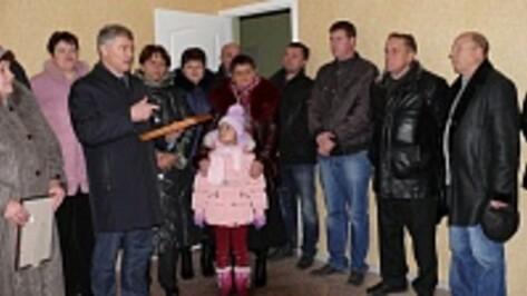 В Рамонском районе сдали новый дом для переселенцев из ветхого жилья