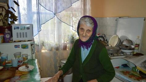 Бедствующей под Воронежем матери-героине привезли уголь и поставили дверь