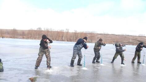 В Хохольском районе участник первенства по зимней рыбалке поймал рака