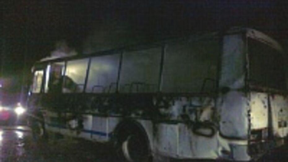 В Воронеже на повороте на Никольское сгорел маршрутный автобус