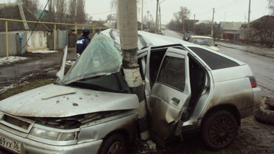 В Россоши «ВАЗ-2112» врезался в столб