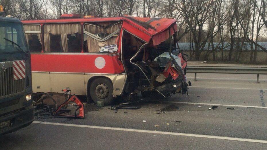 На трассе М4 рейсовый автобус «Павловск-Воронеж» попал в ДТП