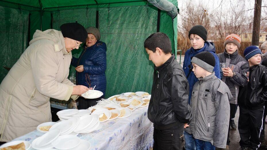 Поворинцы на проводах Зимы съели 2,5 тыс блинов и выпили 10 ведер чая