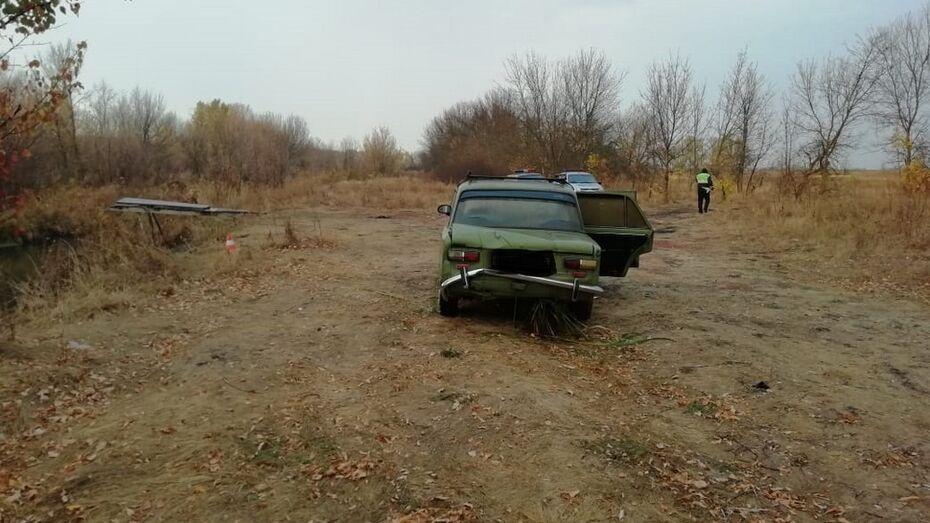 Машину с двумя телами подняли из реки в Воронежской области