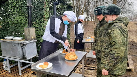 Военные повара пекли хлеб и стреляли из автоматов в Воронежской области