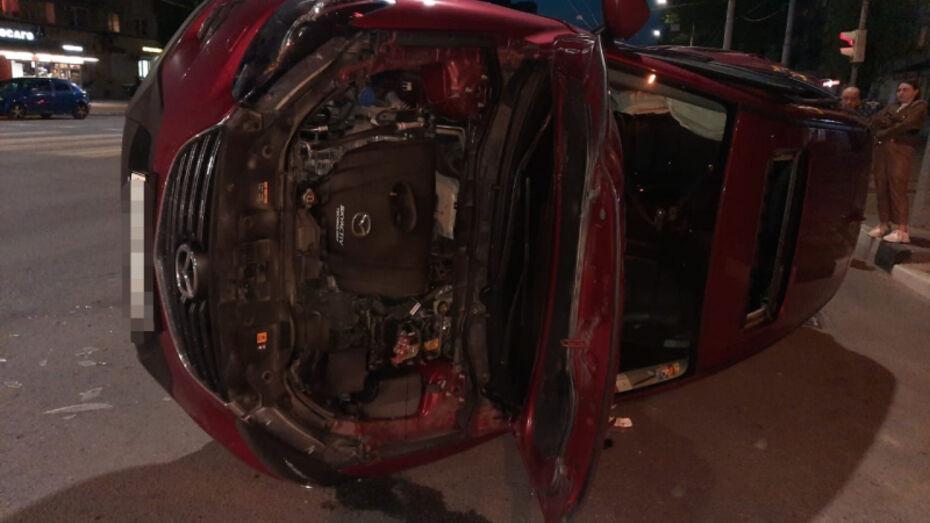 В Воронеже после ДТП с завалившейся на бок Mazda госпитализировали 60-летнюю женщину