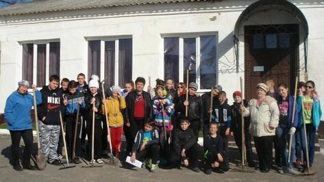 Школьники Верхнемамонского лицея посадили Аллею славы