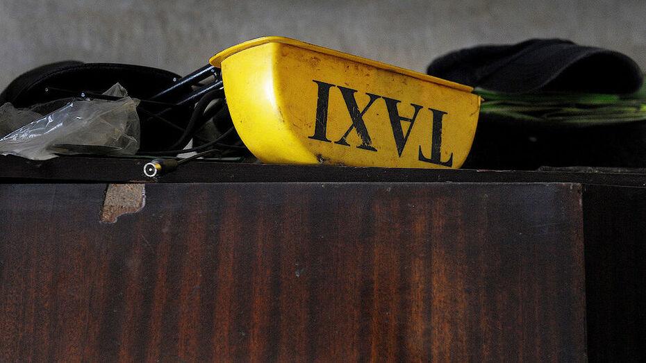 Из-за замечания пассажир избил и ограбил воронежского таксиста