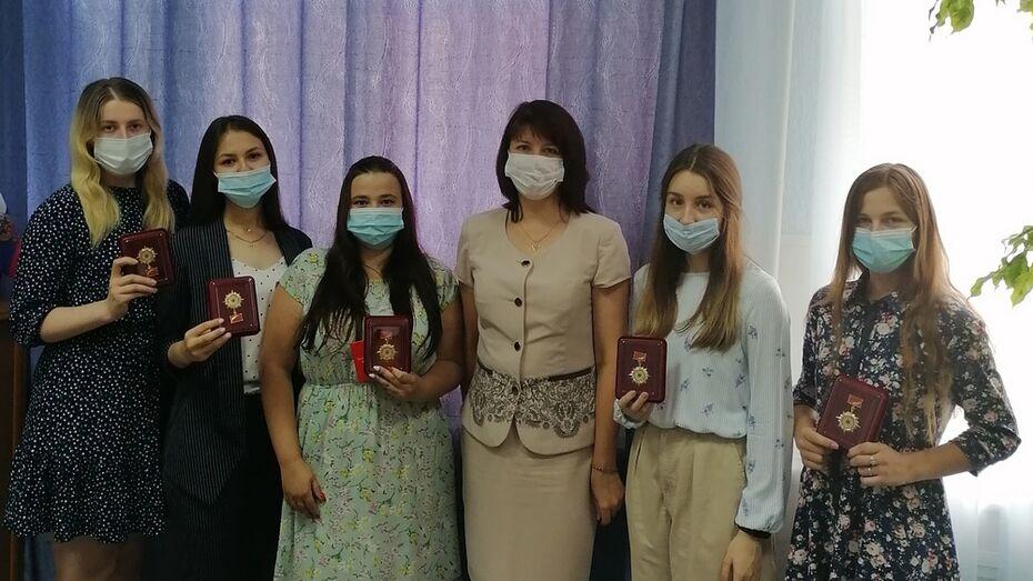 Борисоглебским выпускникам-медикам вручили медали за активное волонтерство