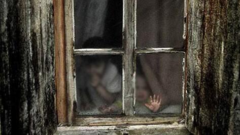 В Воронежской области 25-летняя мать держала грудных детей в коробках и кормила «быстрой» лапшой