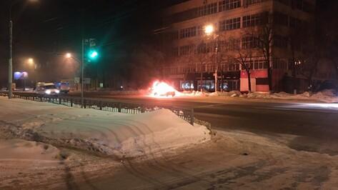 В центре Воронежа сгорел Ford Focus