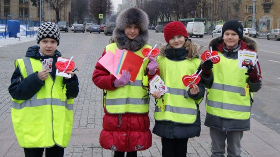 Дети и автоинспекторы поздравили воронежцев с Днем святого Валентина