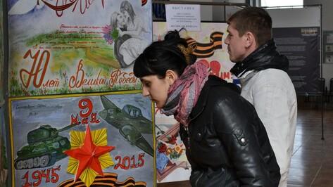 В здании лискинского вокзала открылась выставка плакатов «Великая Победа»