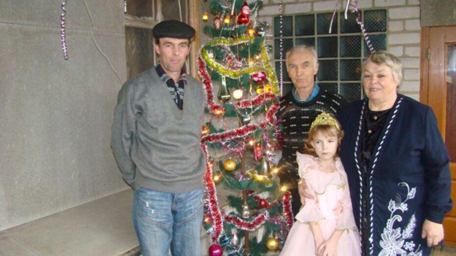 Семейная пара из Новохоперска уже 33 раз отмечает Новый год с одной елкой