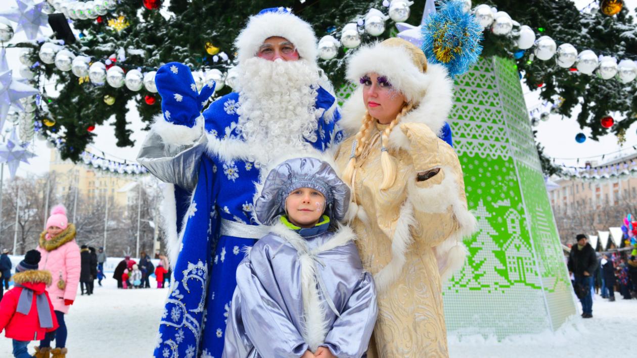 Снегурочка с ресницами из перьев и пингвины. Кто пришел на новогодний парад в Воронеже