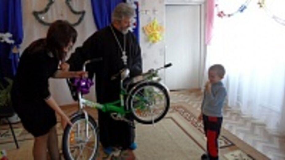 Воспитанники рамонского социально-реабилитационного центра  получили к рождеству коньки и конструкторы