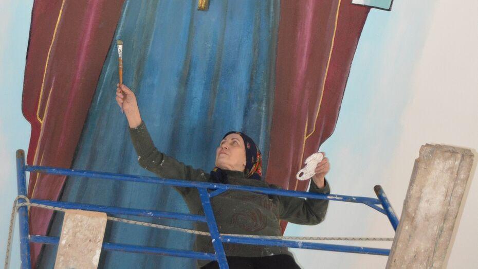 Пенсионерка-волонтер взялась за роспись главного богучарского храма