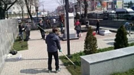 В центре Воронежа школьники и студенты помыли памятники и мемориалы
