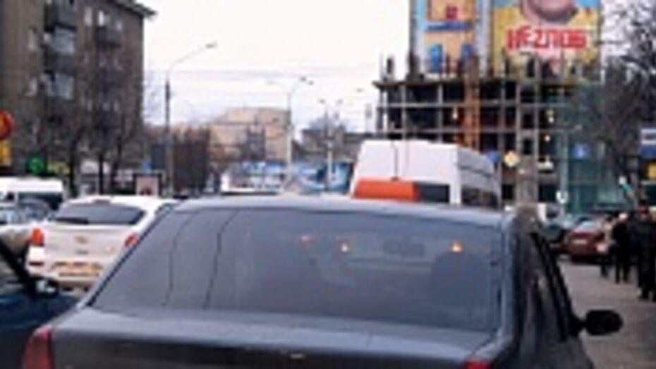 Под Воронежем двое парней избили и ограбили таксиста
