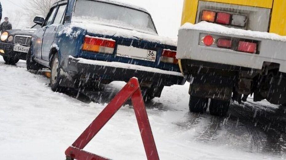 Дорожники предупредили воронежских водителей о мокром снеге и гололеде