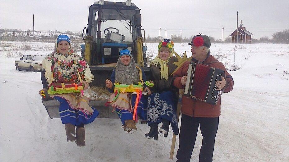 В Кантемировском районе чучело Масленицы провезли по селу на тракторе