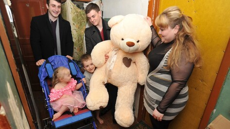 «Не верится даже!» Студенты подарили коляску для маленькой героини РИА «Воронеж»