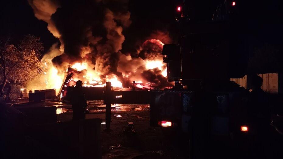 В Воронеже ночной пожар уничтожил склад каучука