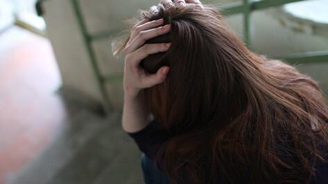 В Воронеже женщина избила дочь и заставила ночевать в подъезде
