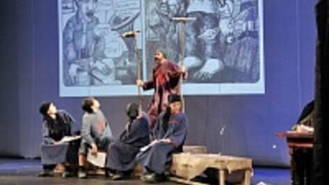 Камиль Тукаев показал воронежцам комикс-читку пьесы Платонова