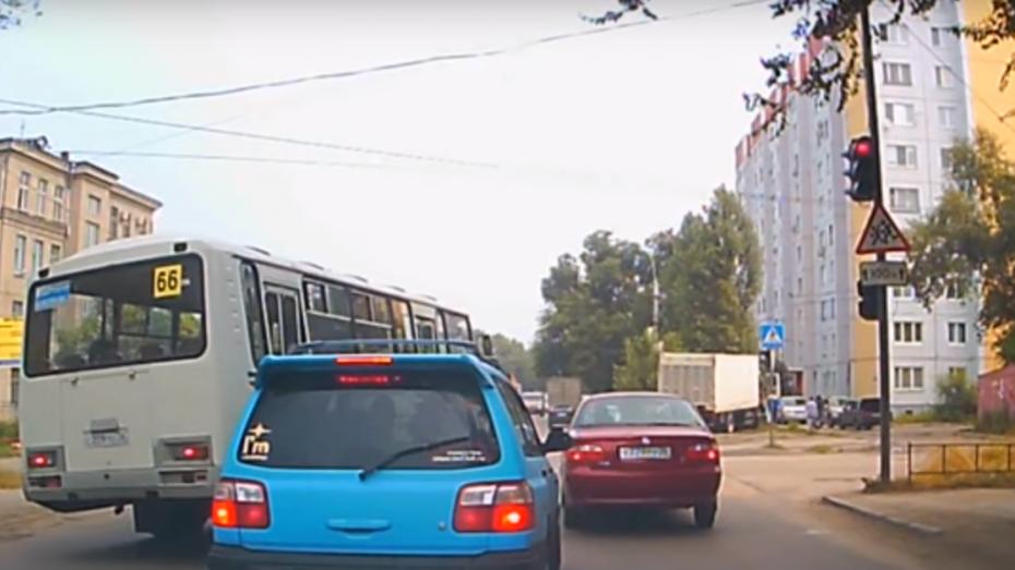 В Воронеже водителя маршрутки оштрафовали за попавшее на видео нарушение ПДД