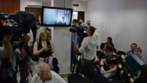 На заседании по делу Надежды Савченко журналистка развернула сине-желтый флаг
