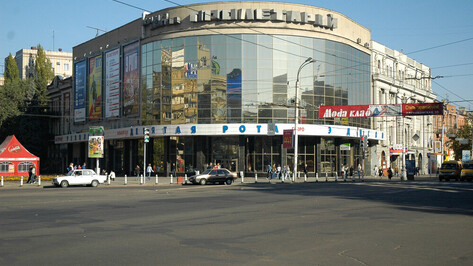 Закрытый из-за коронавируса кинотеатр поддержал воронежцев надписью на фасаде