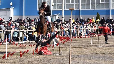 В Бутурлиновке казаки показали зрителям лихую джигитовку