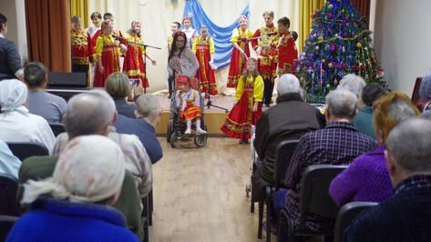 Большая семья. В Воронеже дети-инвалиды устроили новогодний концерт для пожилых