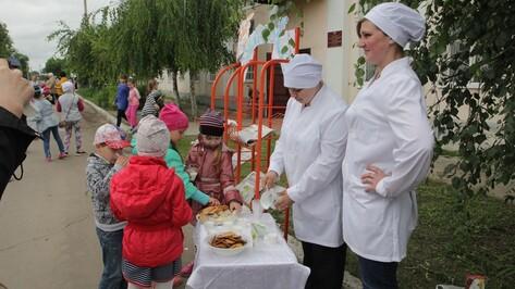 Бобровские журналисты угостили земляков молоком