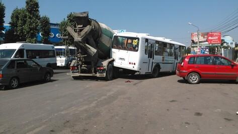 В Воронеже бетономешалка врезалась в пассажирский автобус