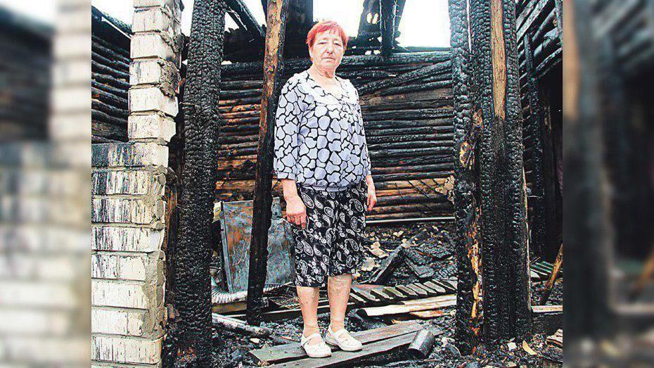Под Воронежем от ночного удара молнии сгорел дом пенсионерки
