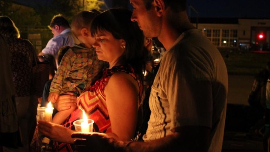В Таловой зажгли десятки свечей в память о солдатах, погибших тут в железнодорожной катастрофе