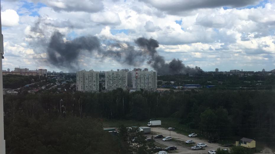 В Воронеже на улице Дорожная загорелся ангар с автомобилями