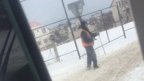 Воронежец снял на видео танцующего дорожника на улице Ломоносова