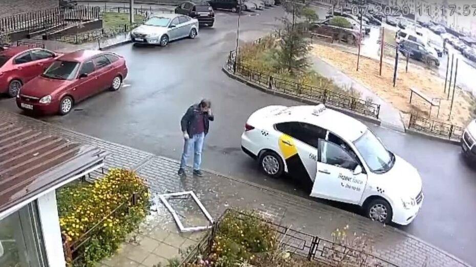 Видео: мужчина чудом не погиб из-за упавшего с 14-го этажа окна в воронежском Шилово
