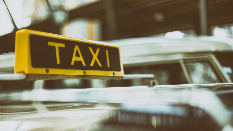 «Силовик» попросил купить продукты воронежского таксиста и увел у него деньги с карты
