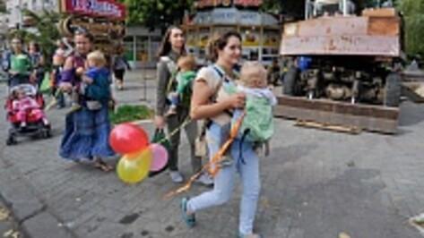 Воронежские мамы устроили слингопарад в центре города